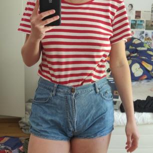 Skiiitsnygga vintage shorts!!! För korta för min smak (är 167 cm lång), så kanske passar bättre på någon annan kortare eller som är snygg i kortare shorts! Står strl 44 men är absolut max M, sitter väldigt bra på mig som är M/38 i shorts. 39 kr frakt 🌟