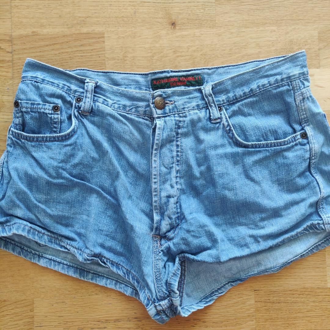 Skiiitsnygga vintage shorts!!! För korta för min smak (är 167 cm lång), så kanske passar bättre på någon annan kortare eller som är snygg i kortare shorts! Står strl 44 men är absolut max M, sitter väldigt bra på mig som är M/38 i shorts. 39 kr frakt 🌟. Shorts.