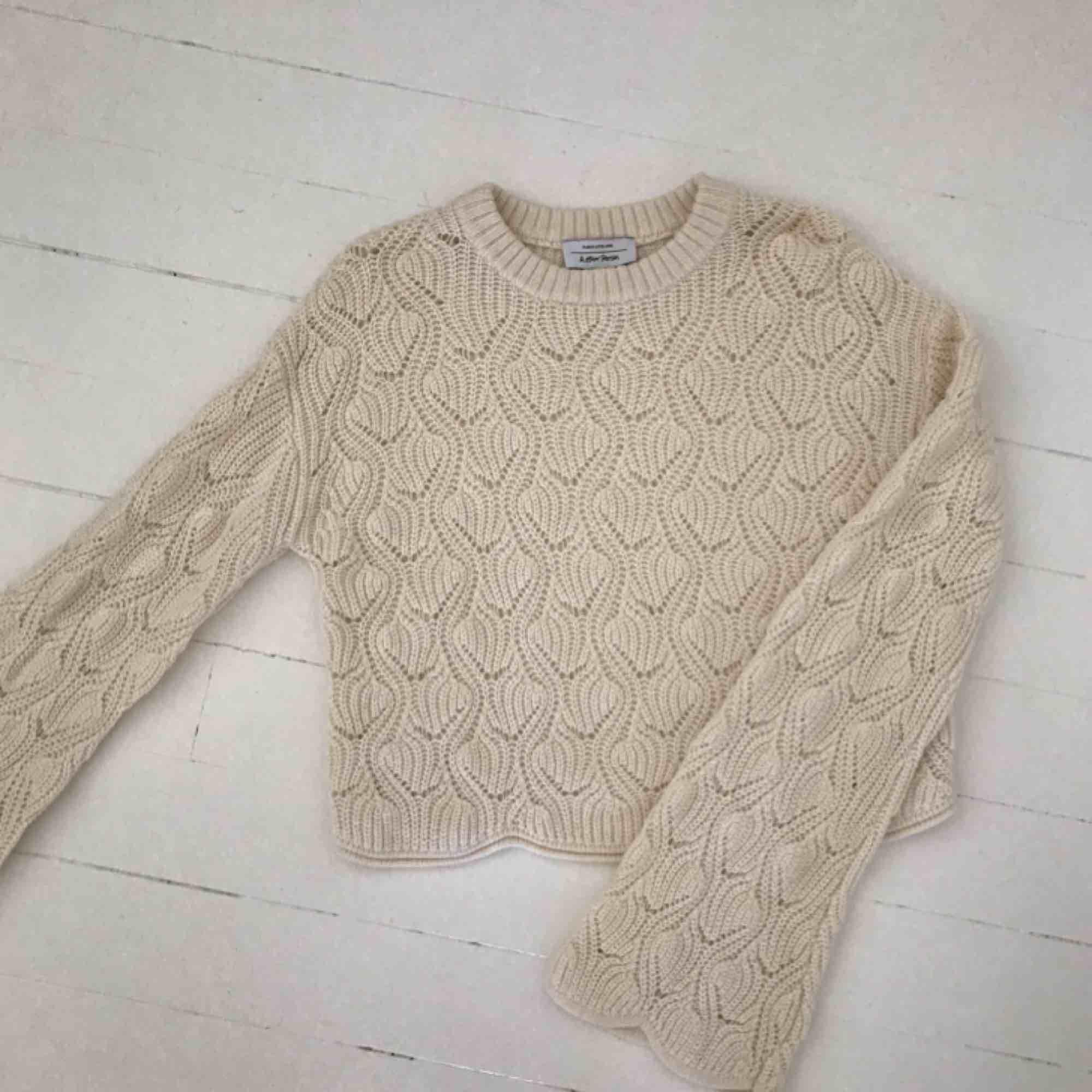 Kort stickad tröja från & Other Stories med långa, vida ärmar. I fint skick, endast använd ett par gånger. Frakt 18kr.. Stickat.