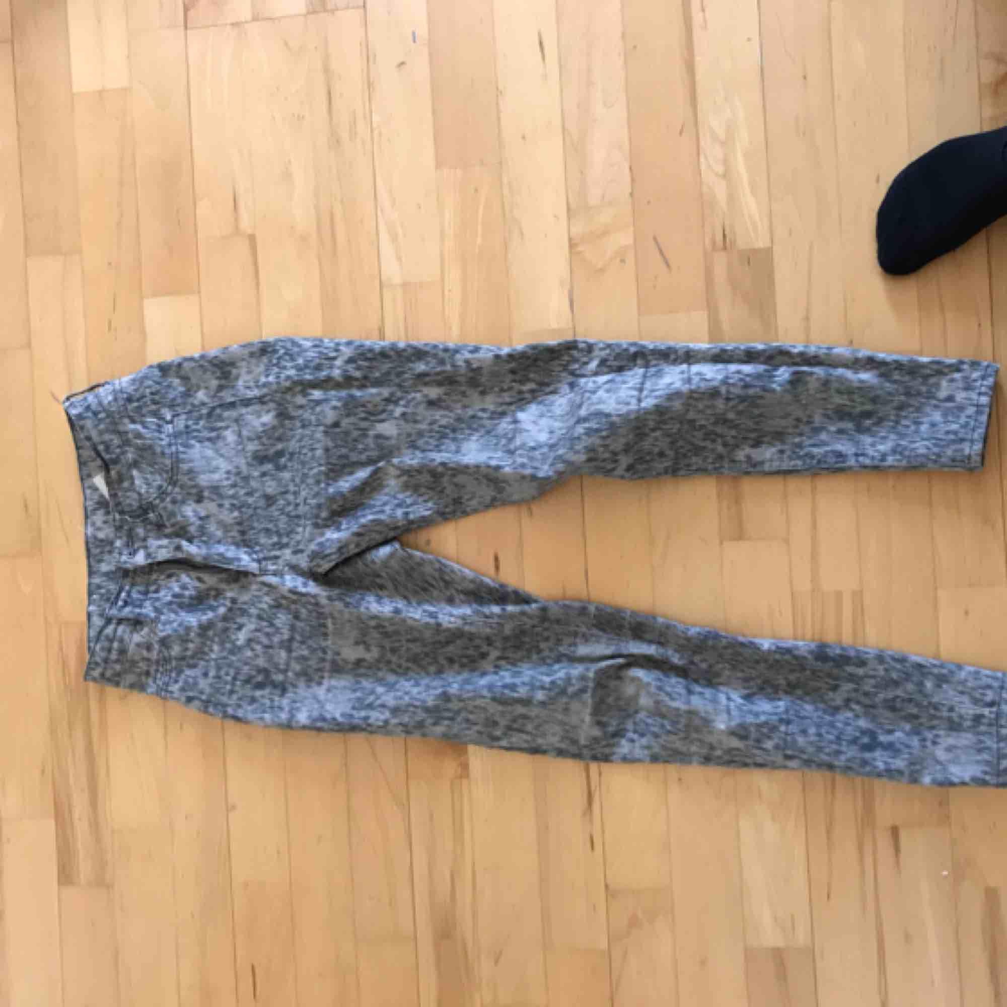 FRI FRAKT! Ett par coola jeans från cheap monday! Sparsamt använda🥰😍. Jeans & Byxor.