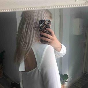 Superfin blus i perfekt skick! Öppen rygg med knut i nacken 🌞 30 kr frakt