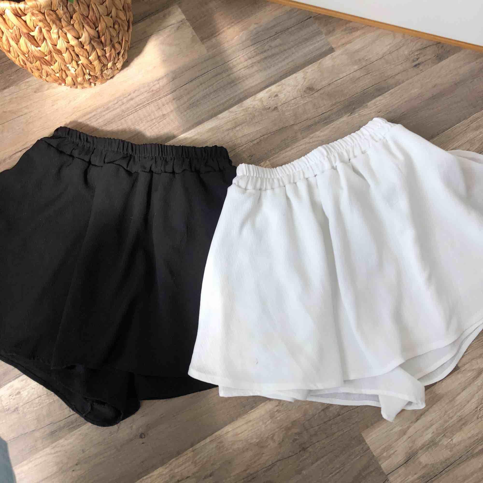 Superfina shorts, ser ut som en kjol baktill 🌞 Perfekt skick! 30 kr frakt, 100kr/st. Kjolar.