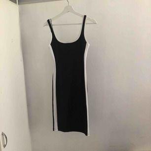 Figur nära klänning i strl M (aldrig använd ,frakten är inräknad i priset 😁