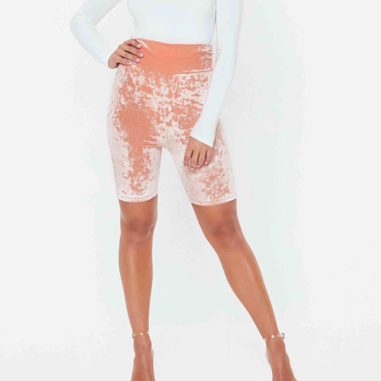 Valvet cyckel shorts högmidjade  strl 40 men är mer som strl 42 ) aldrig andvända säljs pga av förstora , frakten är räknad i priset 😁. Shorts.