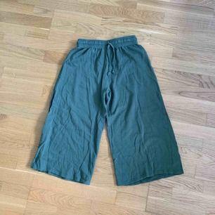"""""""Yogabyxor"""", i mjukismaterial, mörkgröna. Går till vaden på mig som är 164cm."""