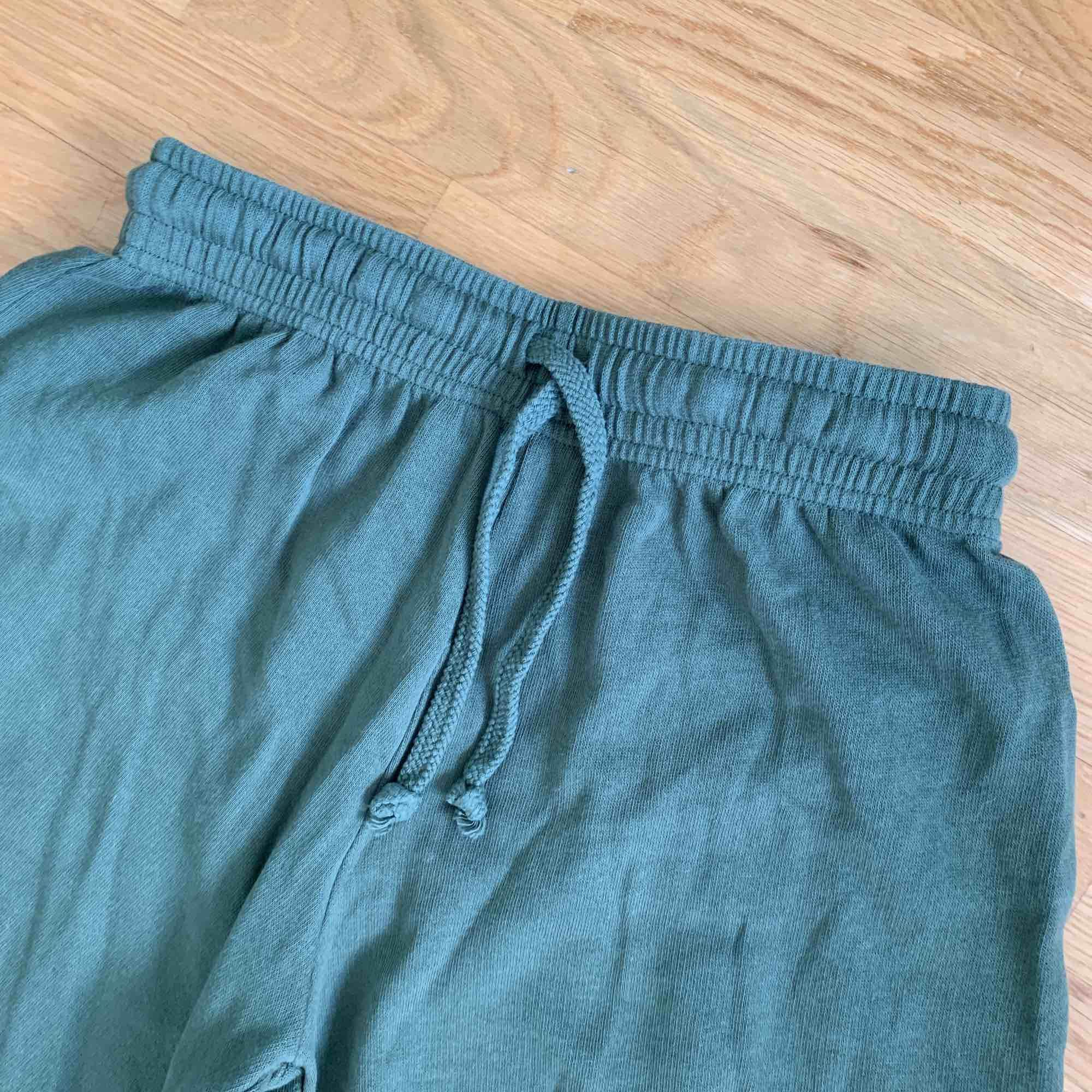 """""""Yogabyxor"""", i mjukismaterial, mörkgröna. Går till vaden på mig som är 164cm. . Jeans & Byxor."""