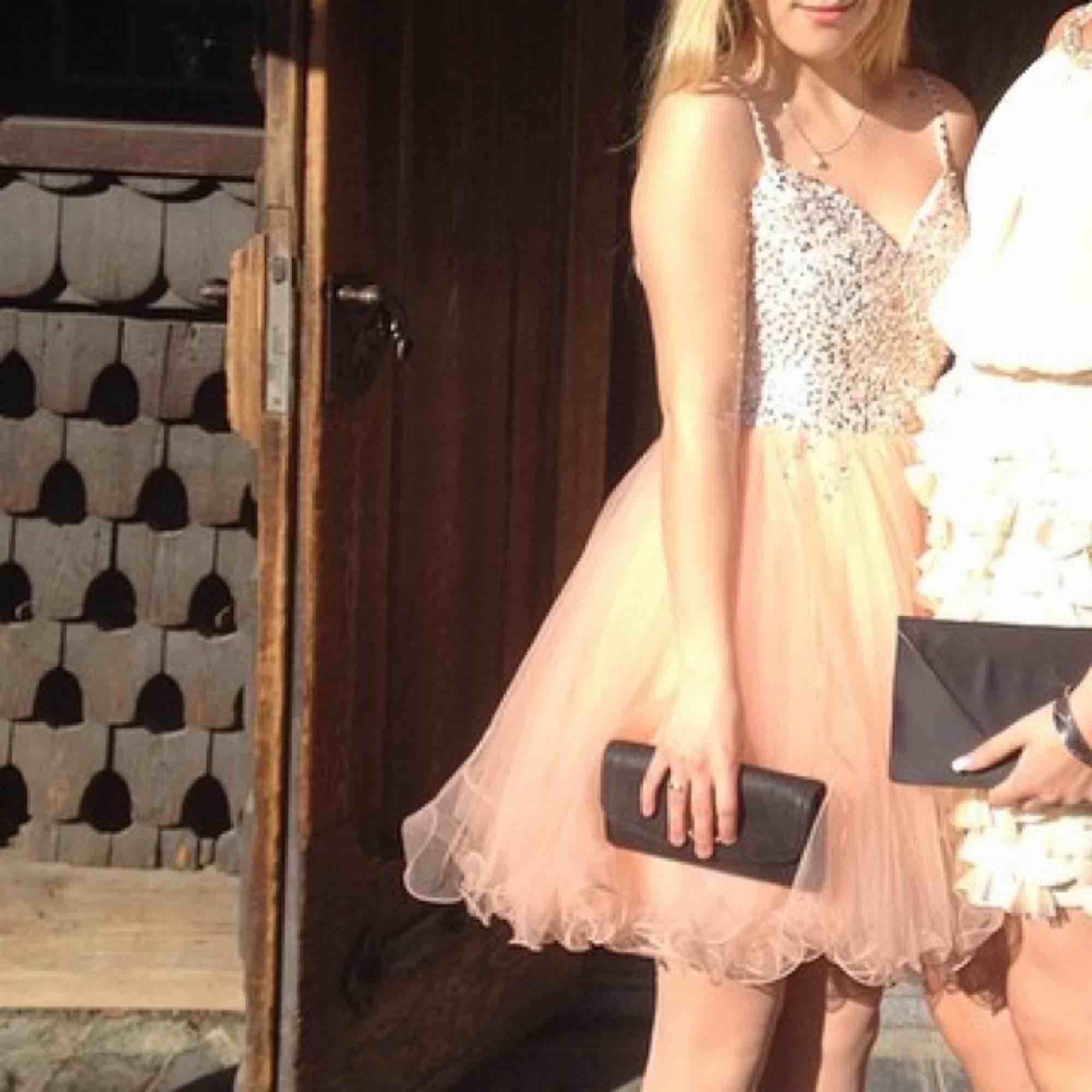 Jättefin klänning perfekt till fest eller bal! Har fler bilder och mått om det önskas:). Klänningar.