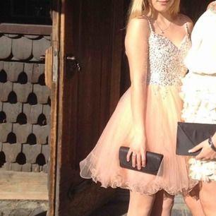 Jättefin klänning perfekt till fest eller bal! Har fler bilder och mått om det önskas:)