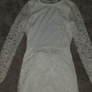 Den röda klänningen är i strl 158/154 och den vita är i strl S. Använda fåtal gånger, kan säljas separat. 300 kr för båda klänningar och 175 för en av dem.   Den vita är öppen i ryggen💘