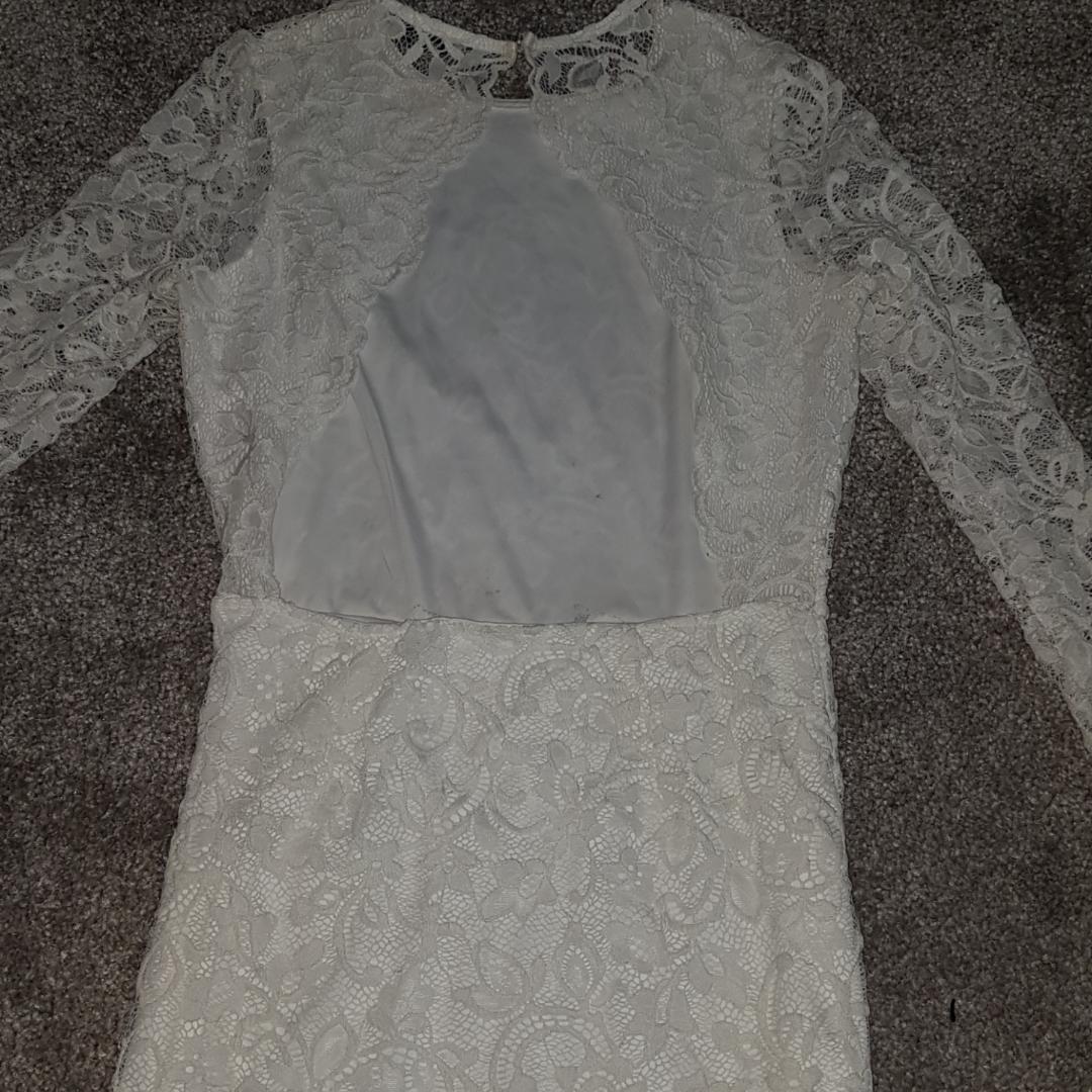 Den röda klänningen är i strl 158/154 och den vita är i strl S. Använda fåtal gånger, kan säljas separat. 300 kr för båda klänningar och 175 för en av dem.   Den vita är öppen i ryggen💘. Övrigt.