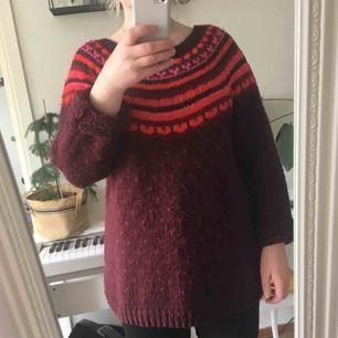Ett tjock stickad tröja med fina mönster.