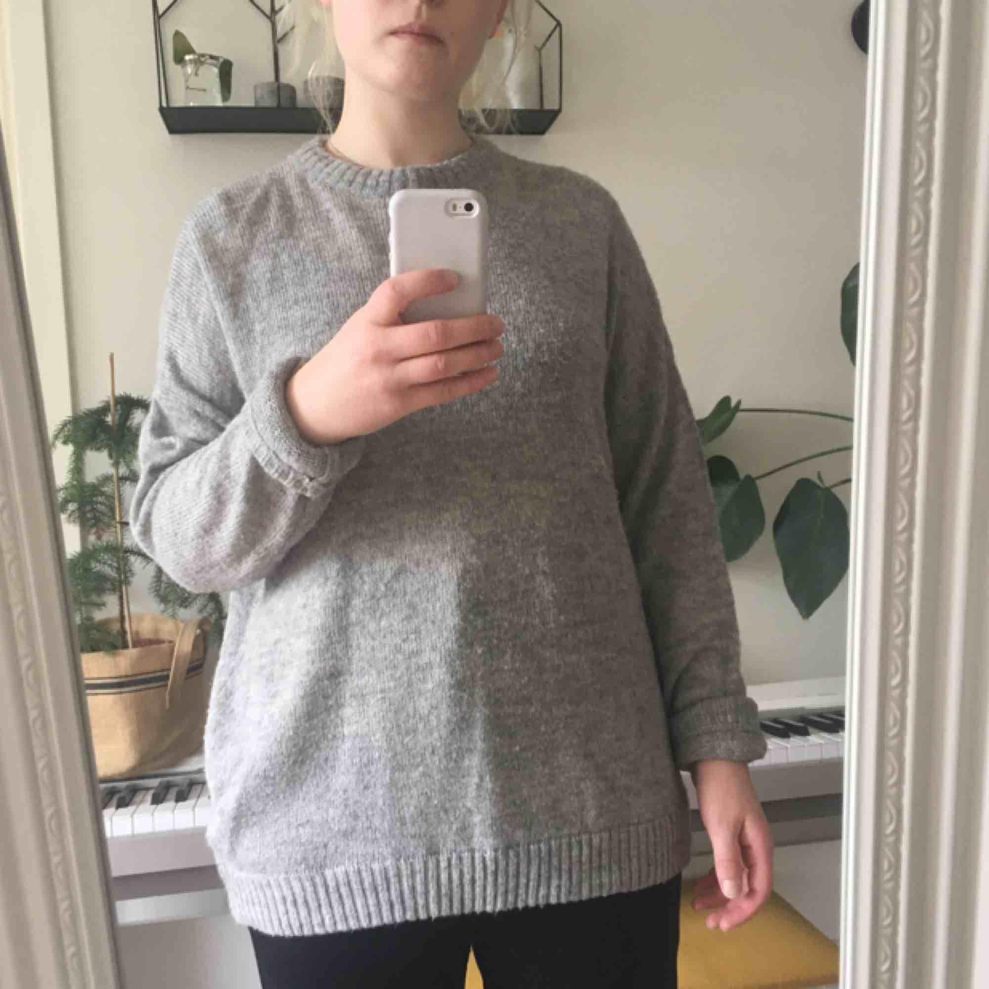 En grå tunn stickad tröja från Weekday. Stickat.
