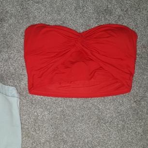 Den blåa i jeans är från forever21 och den röda vet jag inte.  Båda är Köpta i USA. Den i jeans är i M men är väldigt liten i strl. Den röda är i S