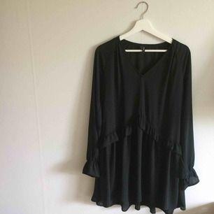 Vero Moda svart blusklänning, köpt i dec 2018, oanvänd, polyester