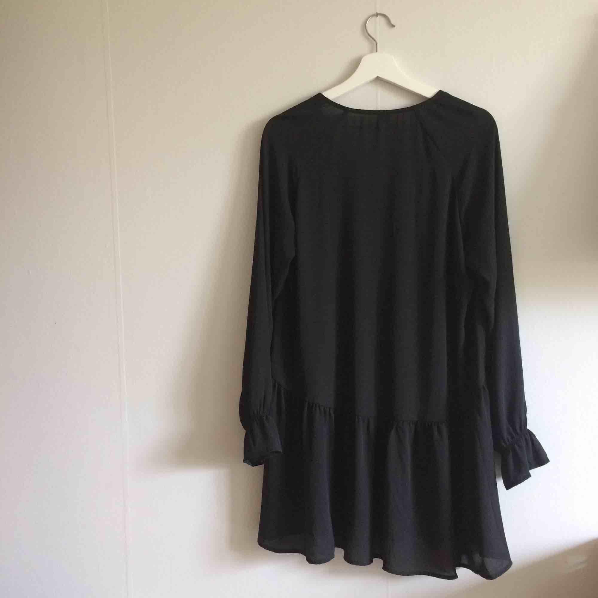 Vero Moda svart blusklänning, köpt i dec 2018, oanvänd, polyester. Blusar.