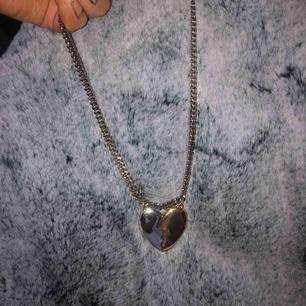 Halsband med broken heart )frakten är inräknat i priset
