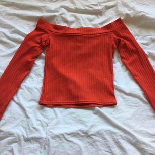 En jättefin offshoulder tröja! Den är ribbad och sitter jättefint runt kroppen! Köparen står för frakten!
