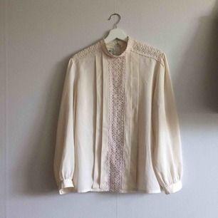 Vintage blus med broderimönster, viskose, det saknas två knappar, köpt på secondhand men har inte använt blusen