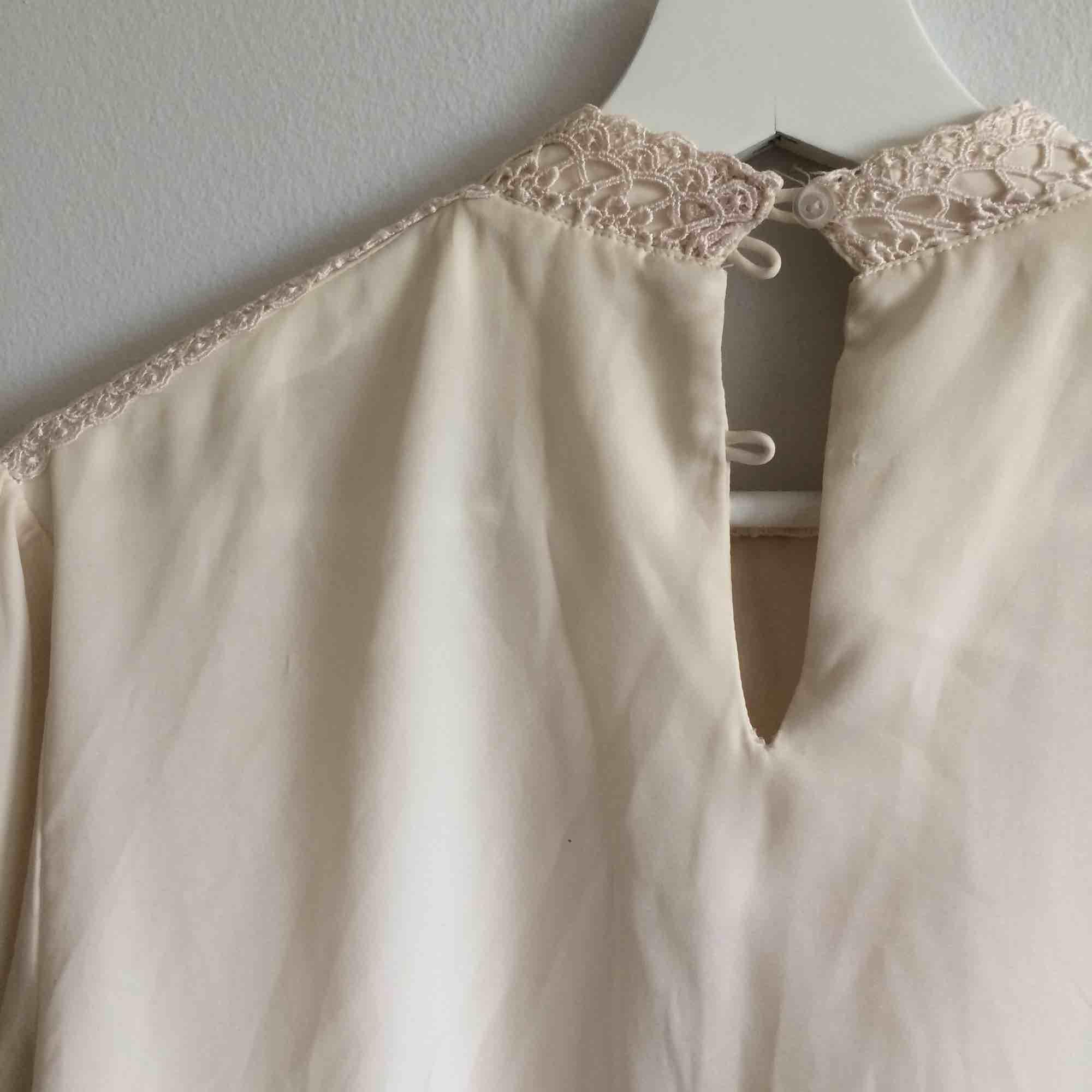 Vintage blus med broderimönster, viskose, det saknas två knappar, köpt på secondhand men har inte använt blusen. Stickat.