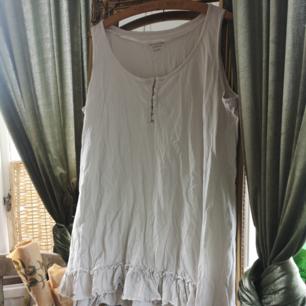 Gräddvitt linne med volang från kappahls favourites collection 100% bomull🌿 Frakt tillkommer