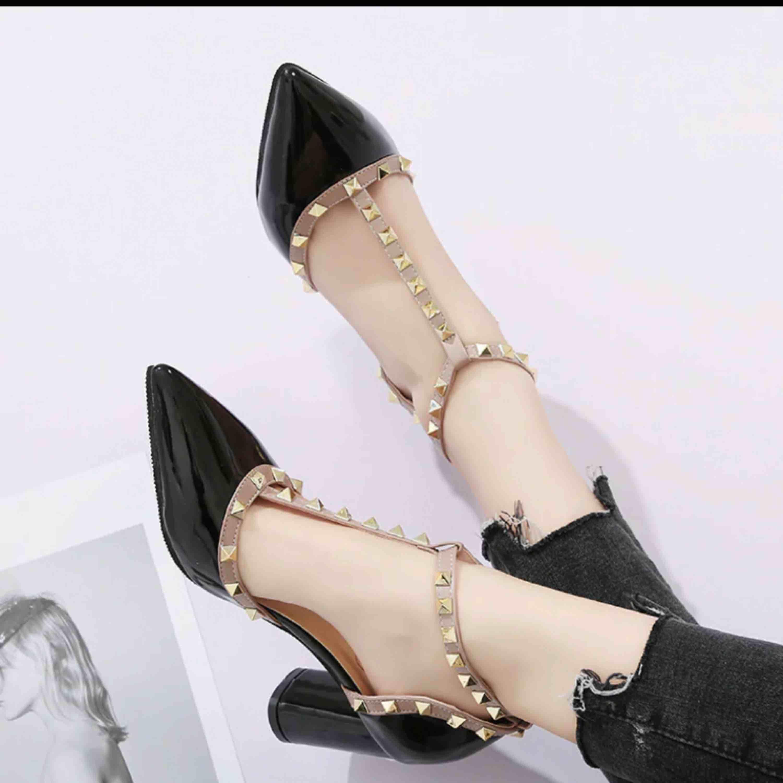 Helt nya skor i fint skick ej använda fick dem som present men jag de var för stora för mig . Skor.