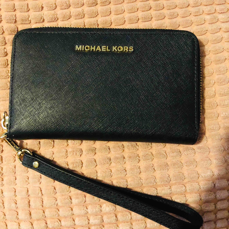 Michael Kors plånbok Köpet för 1095kr (har ej kvitto) Mått: 10 cm höjd 18 cm längd. Väskor.