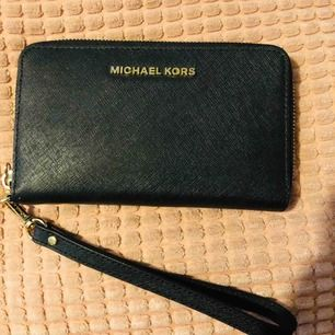 Michael Kors plånbok Köpet för 1095kr (har ej kvitto) Mått: 10 cm höjd 18 cm längd