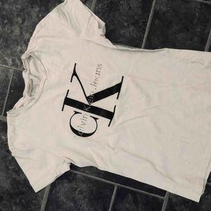Calvin Klein tröja som varit med ett bra tag, har lite slitningar på märket, därav det billiga priset! Köparen står för frakt :)