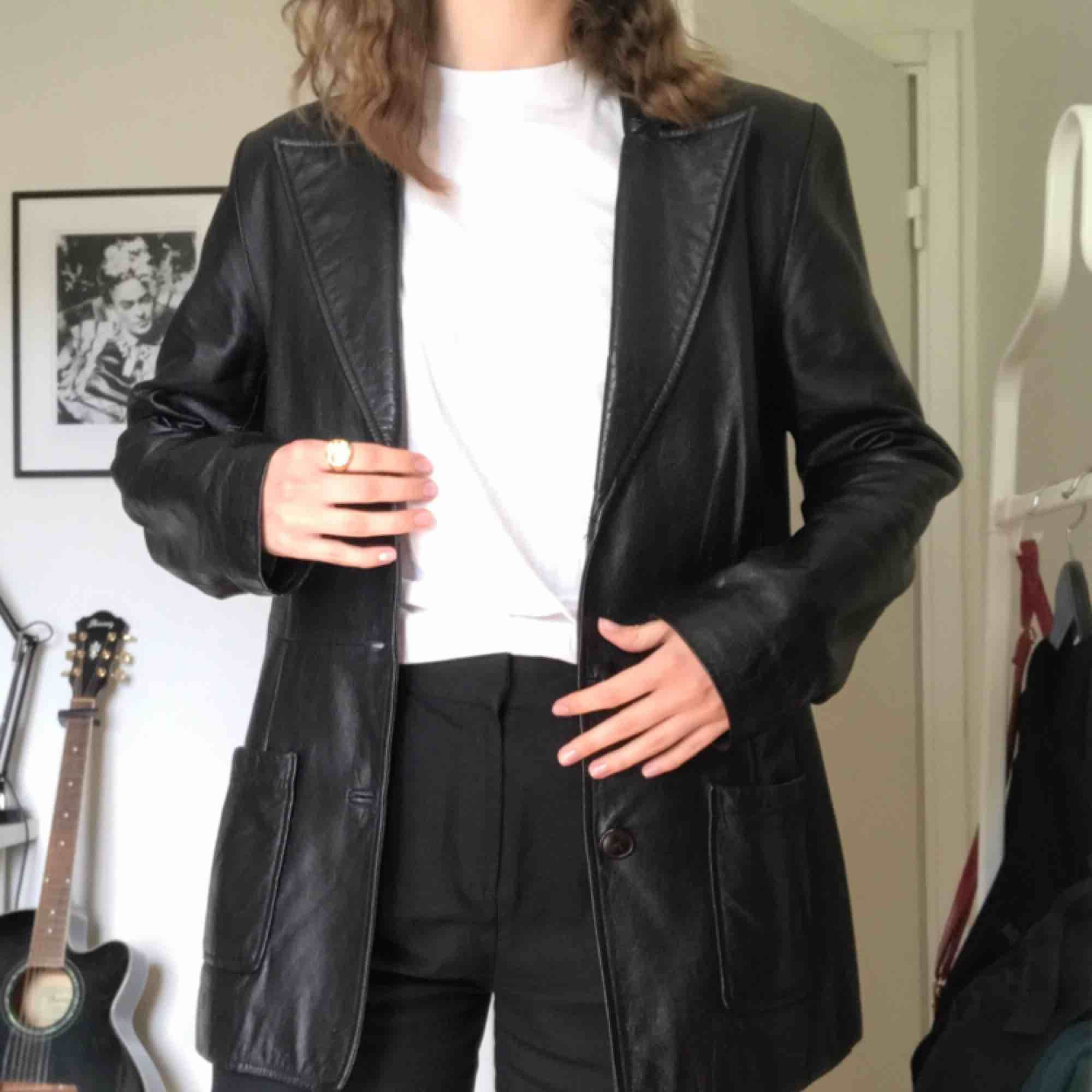 Vintage skinnjacka! Modellen är halvlång och jackan är av äkta skinn. Den är i bra skick trots att den är köpt på second hand. En av knapparna har gått av men det är inte tydligt. Perfekt nu till våren🌸. Jackor.