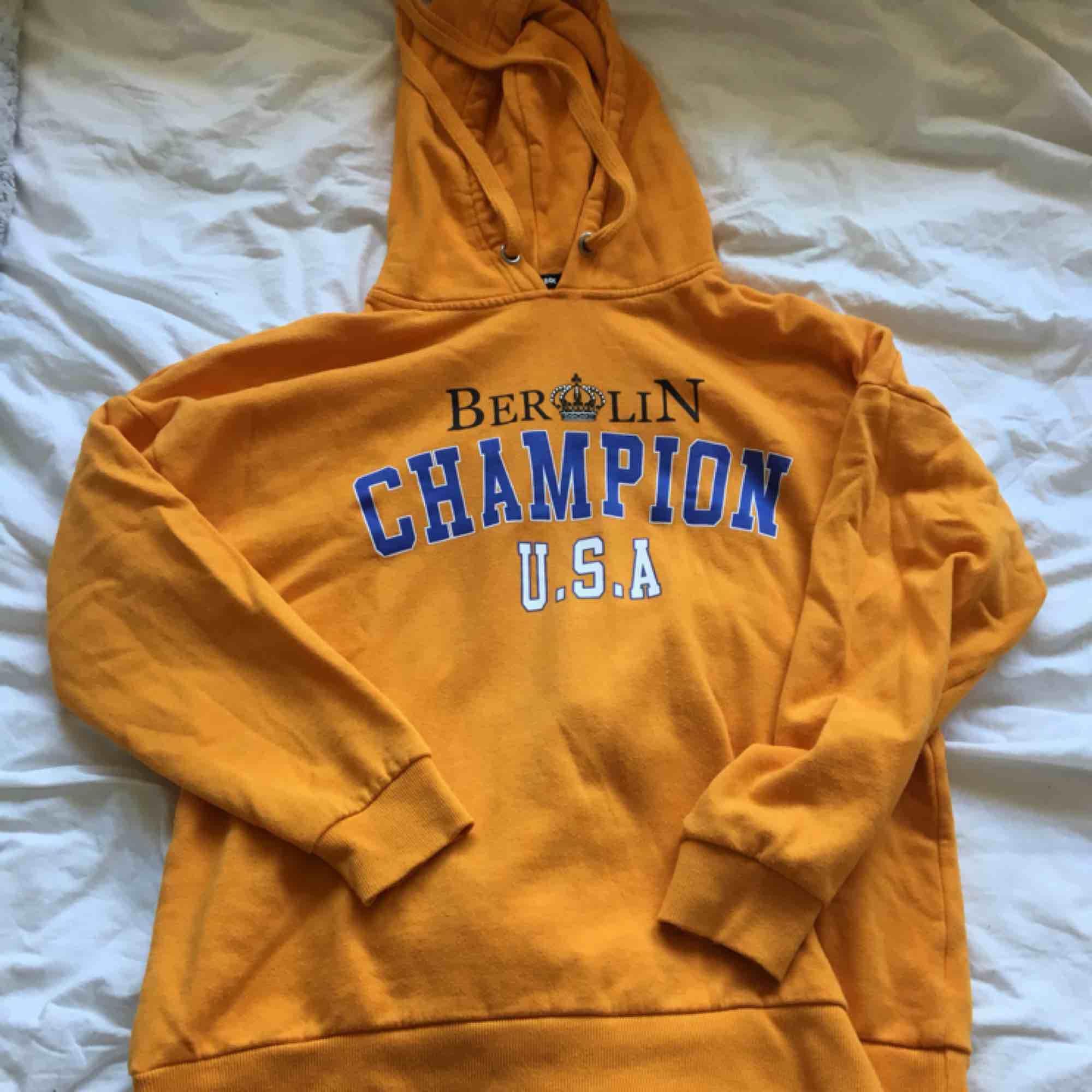 En jättestor mysig orange hoodie! Den är jättecool att ha som klänning till exempel eller bara ha hemma o mysa i! Köparen står för frakten. Huvtröjor & Träningströjor.