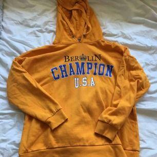 En jättestor mysig orange hoodie! Den är jättecool att ha som klänning till exempel eller bara ha hemma o mysa i! Köparen står för frakten