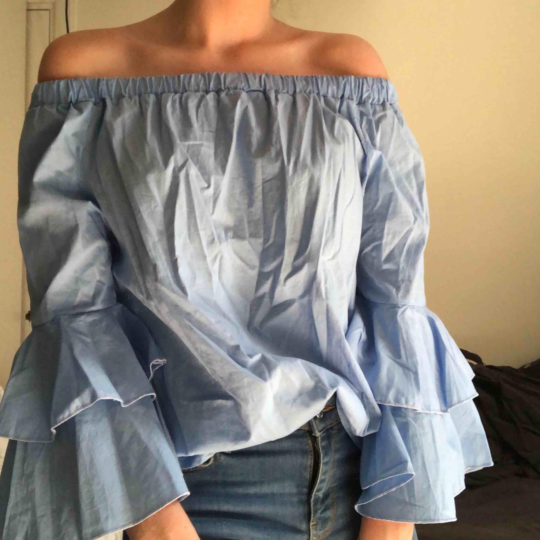 Blå off the shoulder blus med volang ärmar. Passar perfekt på sommaren. Använd någon enstaka gång. Hör gärna av dig för frågor!. Blusar.
