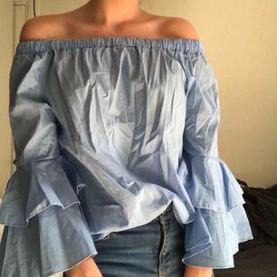 Blå off the shoulder blus med volang ärmar. Passar perfekt på sommaren. Använd någon enstaka gång. Hör gärna av dig för frågor!