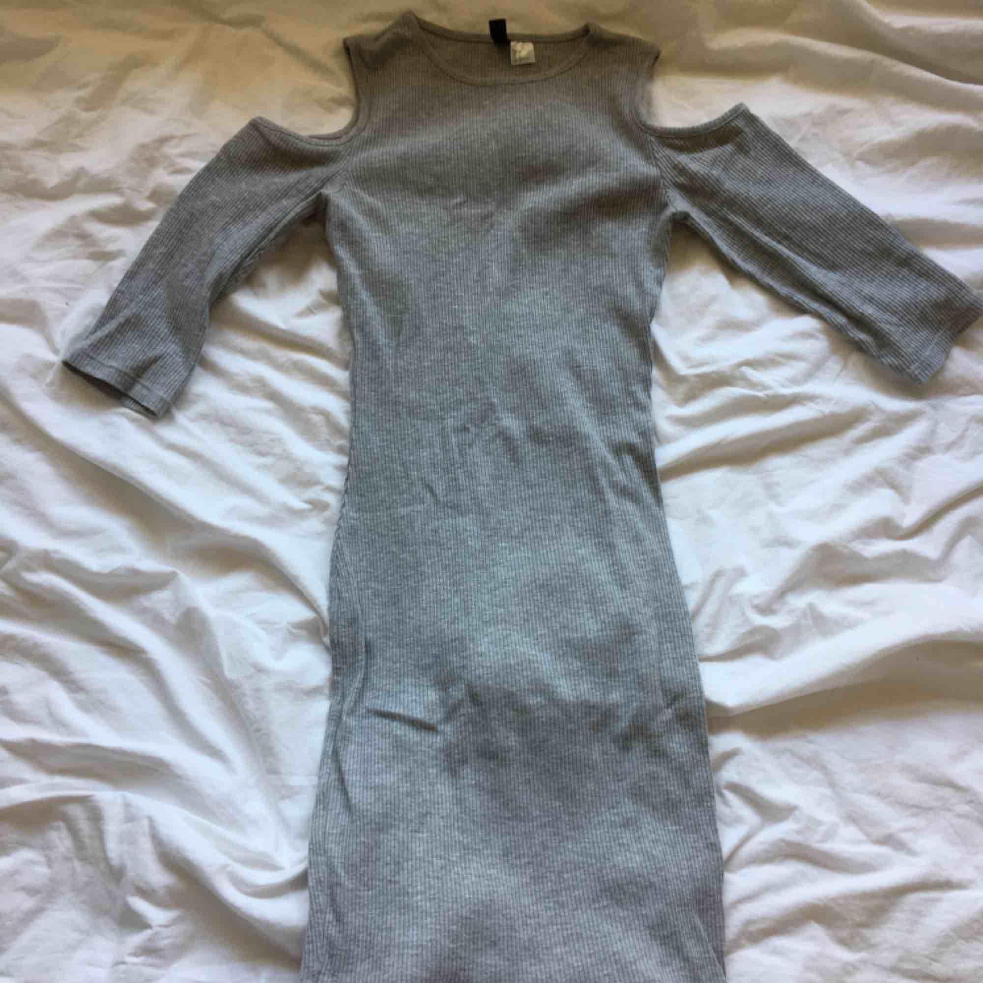 En jättesnygg tajt lite vardaglig klänning! Den har snygga hål i axlarna och den är ribbad! Köparen står för frakten!. Klänningar.