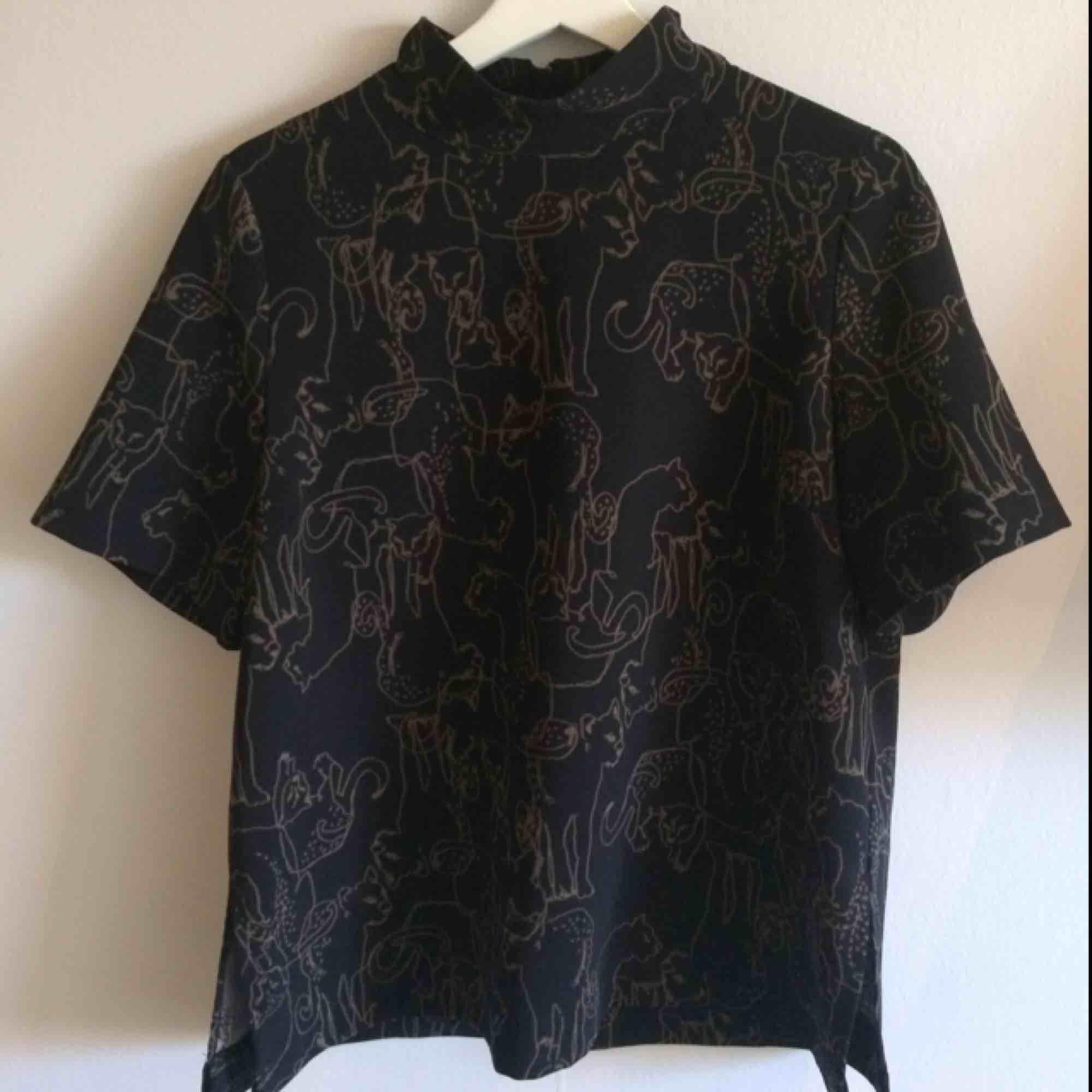 Poloshirt, köpte den för 3 år sen på ginatricot, använt en gång, polyester. Blusar.