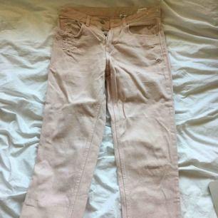 Ett par snygga ljusrosa jeans! Dom har lite rips på fickorna och är lågmidjade! De är stuprörsformade och passar till det mesta! Köparen står för frakten