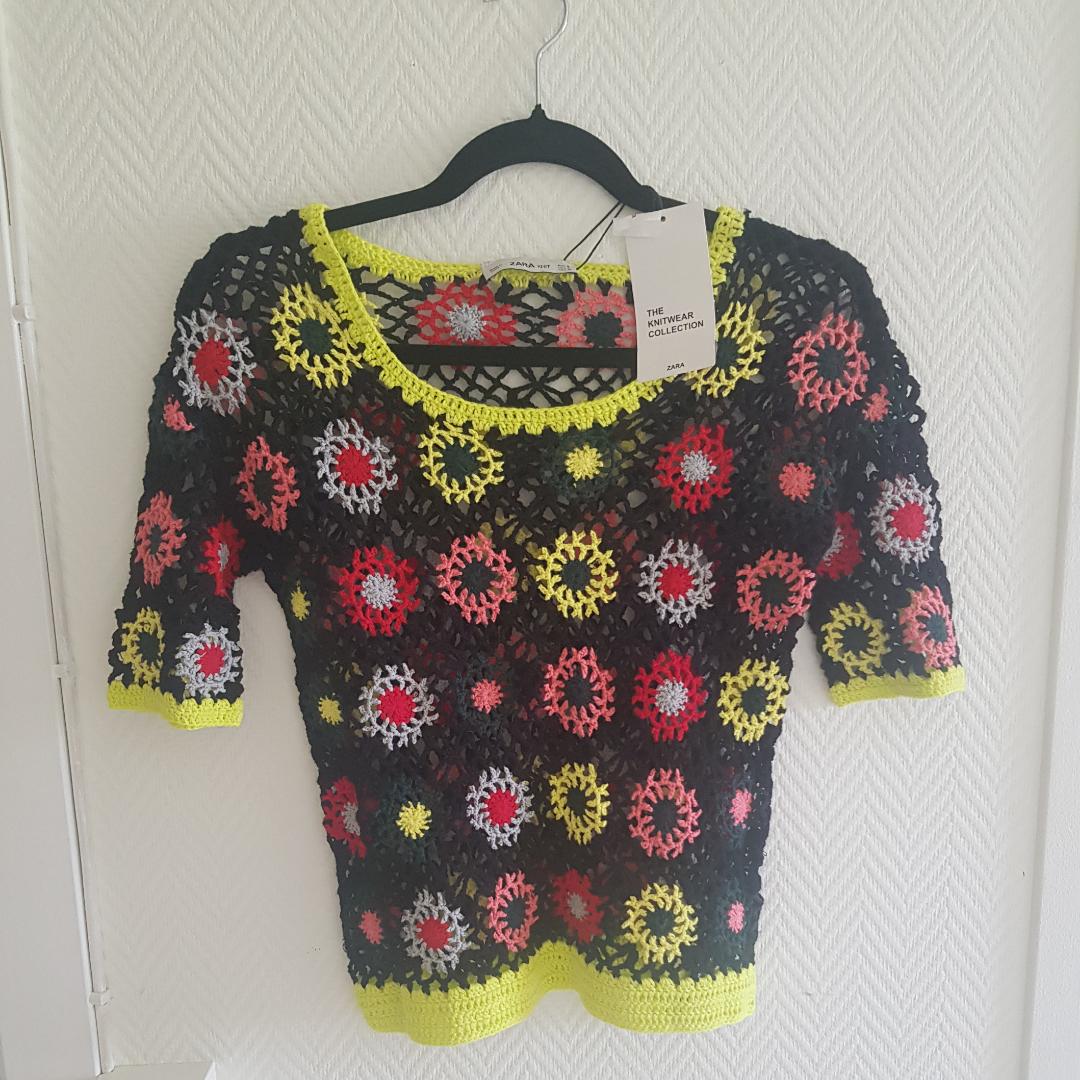Fin blommig tröja snyggt att göra lagar med 👌🏽 aldrig använt! . Stickat.