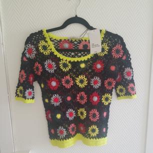Fin blommig tröja snyggt att göra lagar med 👌🏽 aldrig använt!