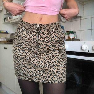 Leopardmönstrad jeanskjol. Använd fåtal gånger.