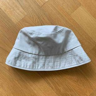 Beige hatt, aldrig använd då jag har ganska stort huvud och den satt lite för tight.