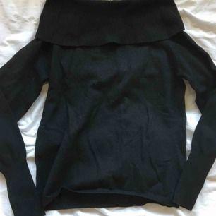 En jättefin svart offshoulder tjocktröja köpt från Nelly.com! Mysig och passar till allt! Köparen står för frakt?