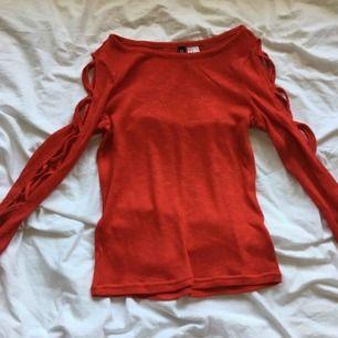 Jättesnygg röd långärmad tröja med snörning på armarna! Den är jättesnygg och passar till fest men också till vardags! Köparen står för frakt!