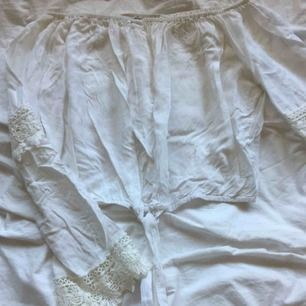 En jättefin offshoulder tröja från Thailand! Den är väldigt somrig och passar till allt! Köparen står för frakt!