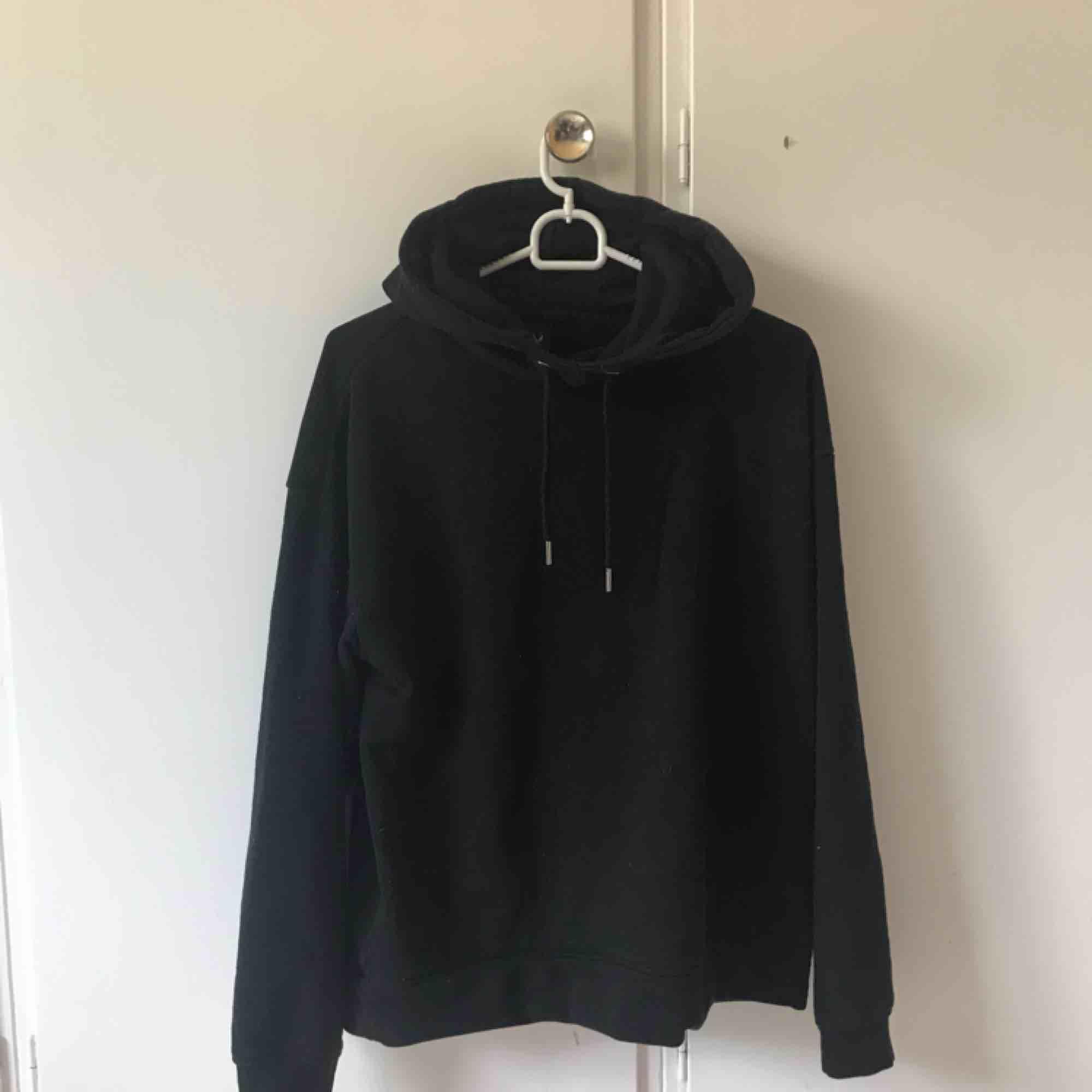 Helt basic svart hoodie, använder aldrig därför säljs den, :). Huvtröjor & Träningströjor.