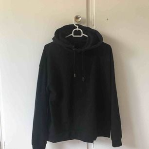 Helt basic svart hoodie, använder aldrig därför säljs den, :)