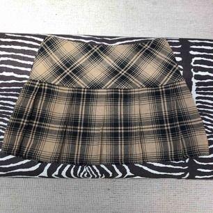 Rutig kjol som tyvärr är för stor. Kan mötas upp eller så står köparen för frakt (ca 30kr)