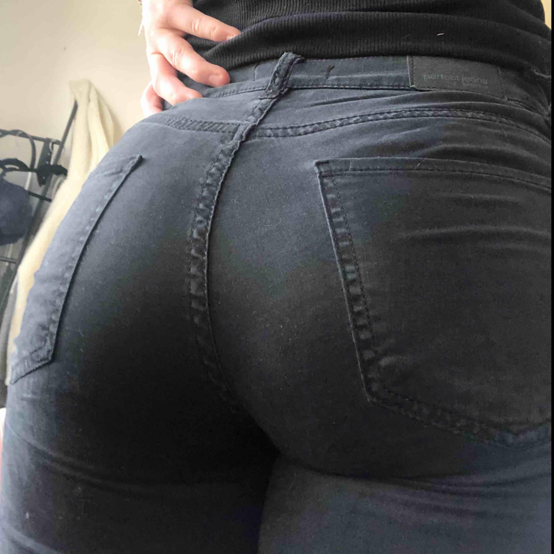 Vanliga svarta jeans från Gina. Lite mjukare tyg än vanligt jeanstyg. Nästan lite sammetskänsla. Säljes pga att de inte kommer till användning. Frakt ingår i priset eller möts upp i Örebro.. Jeans & Byxor.
