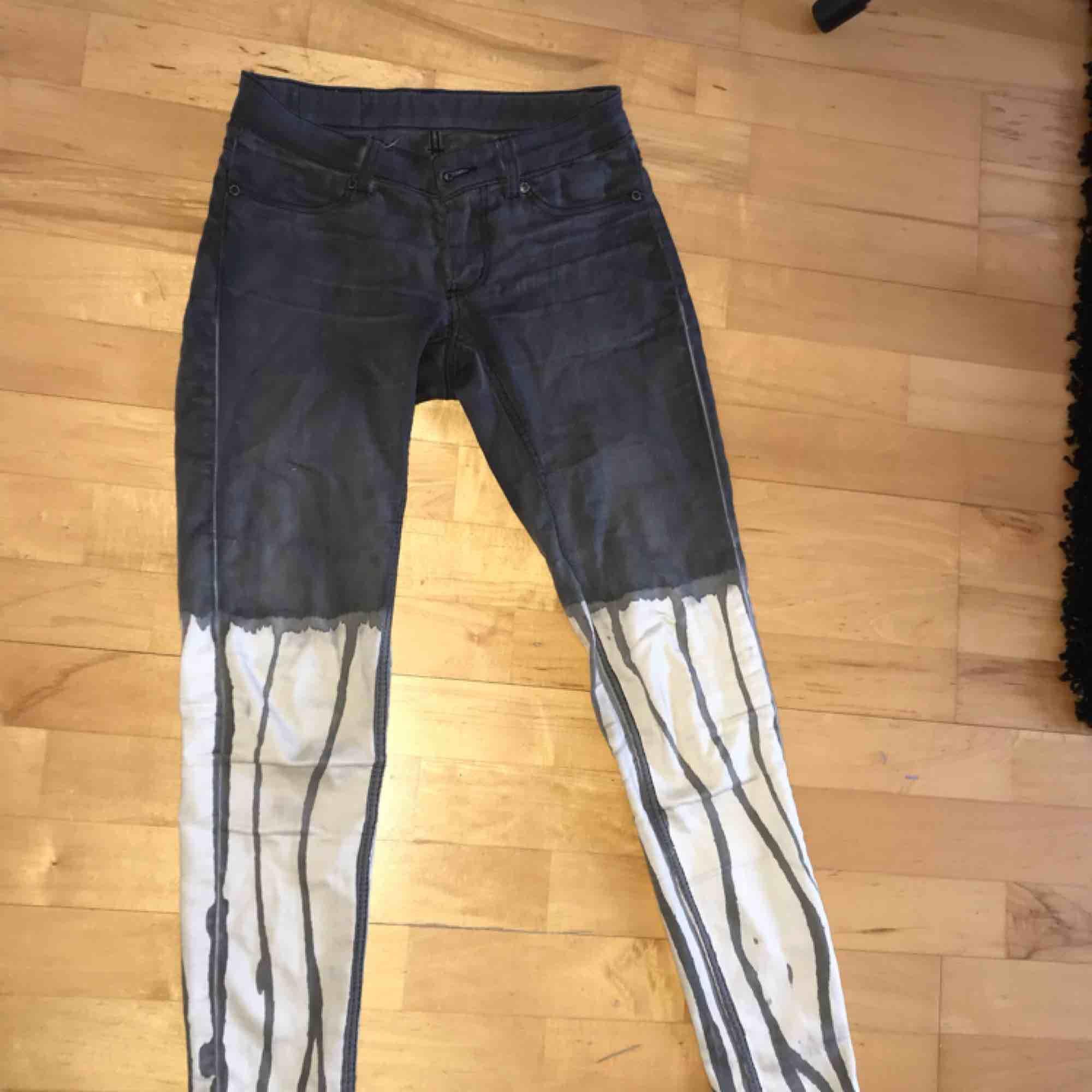 FRI FRAKT! Sjuuuukt häftiga jeans från cheap monday. Tyvärr för små för mig och därför sparsamt använda💞💞. Jeans & Byxor.