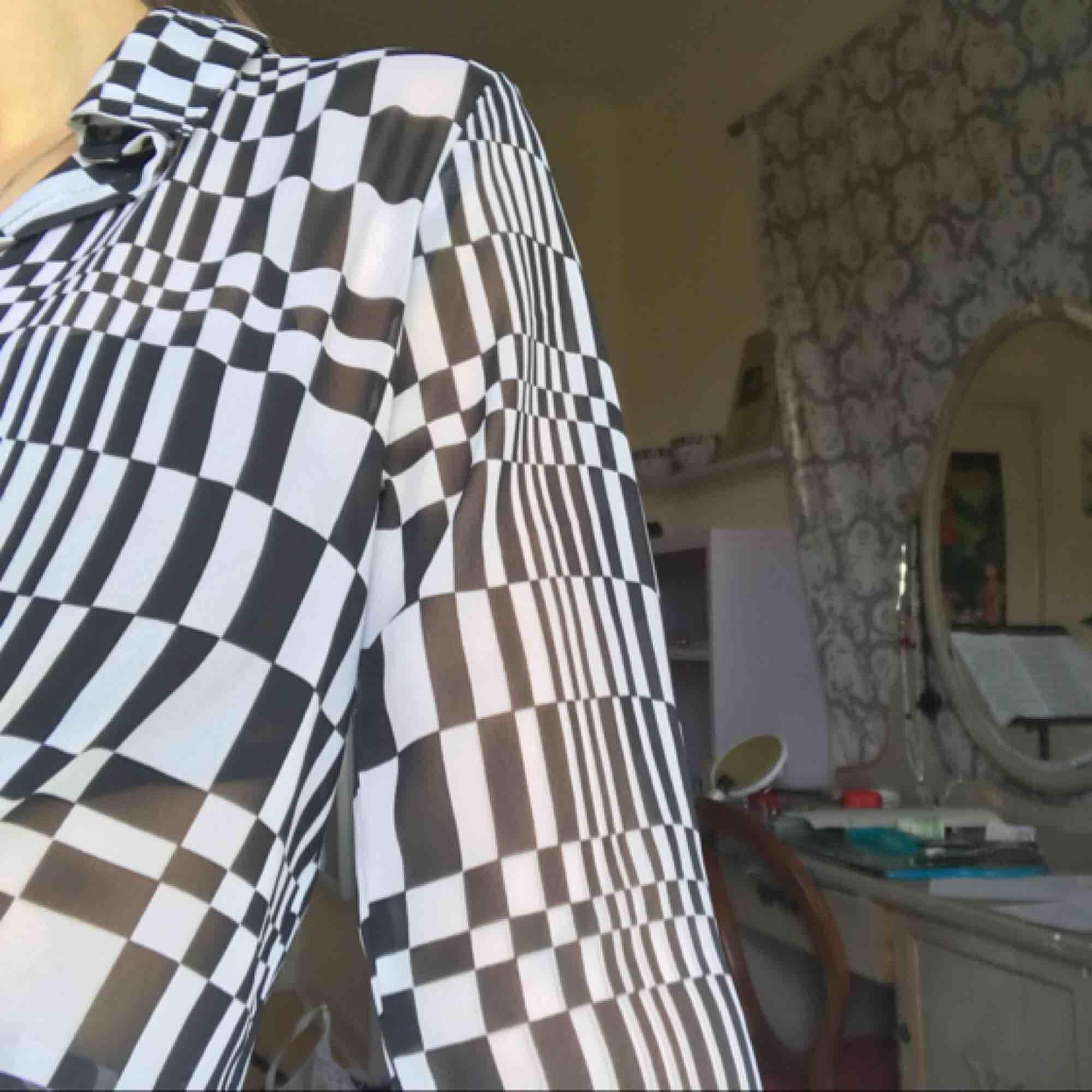 FRI FRAKT!! Cool skjorta från MONKI! Säljs pga för liten, knappt använd💓💓. Blusar.