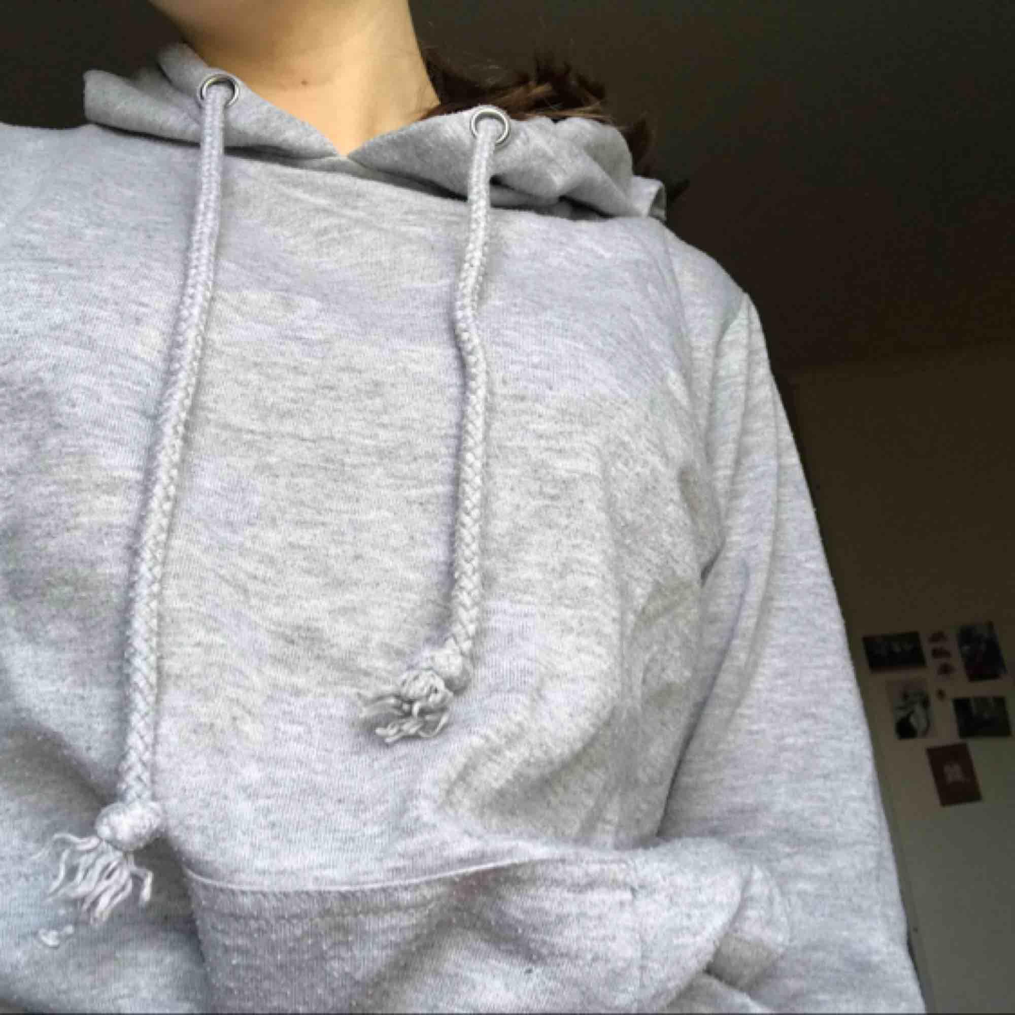 Vanlig grå hoodie från bikbok❣️passar mig som är S men skulle säga att den även passar M och XS. Lite urtvättad men inget som stör🥰. Huvtröjor & Träningströjor.